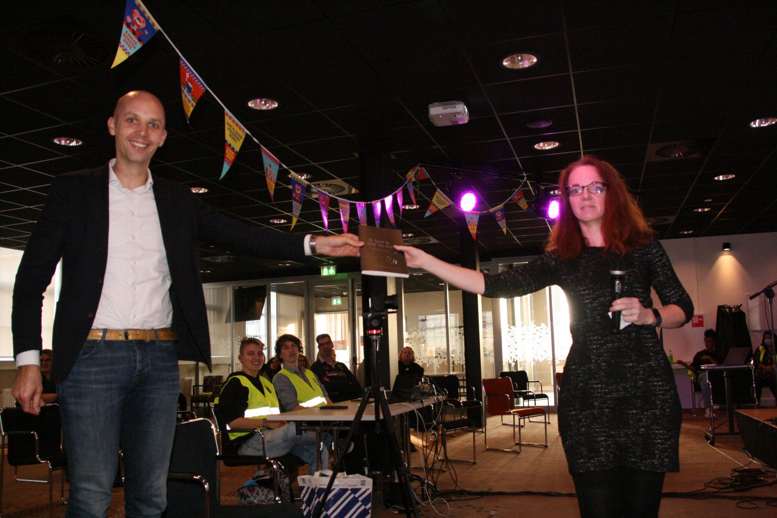 Wethouder Meijering ontvangt eerste exemplaar 'Ik haat je, blijf bij mij'