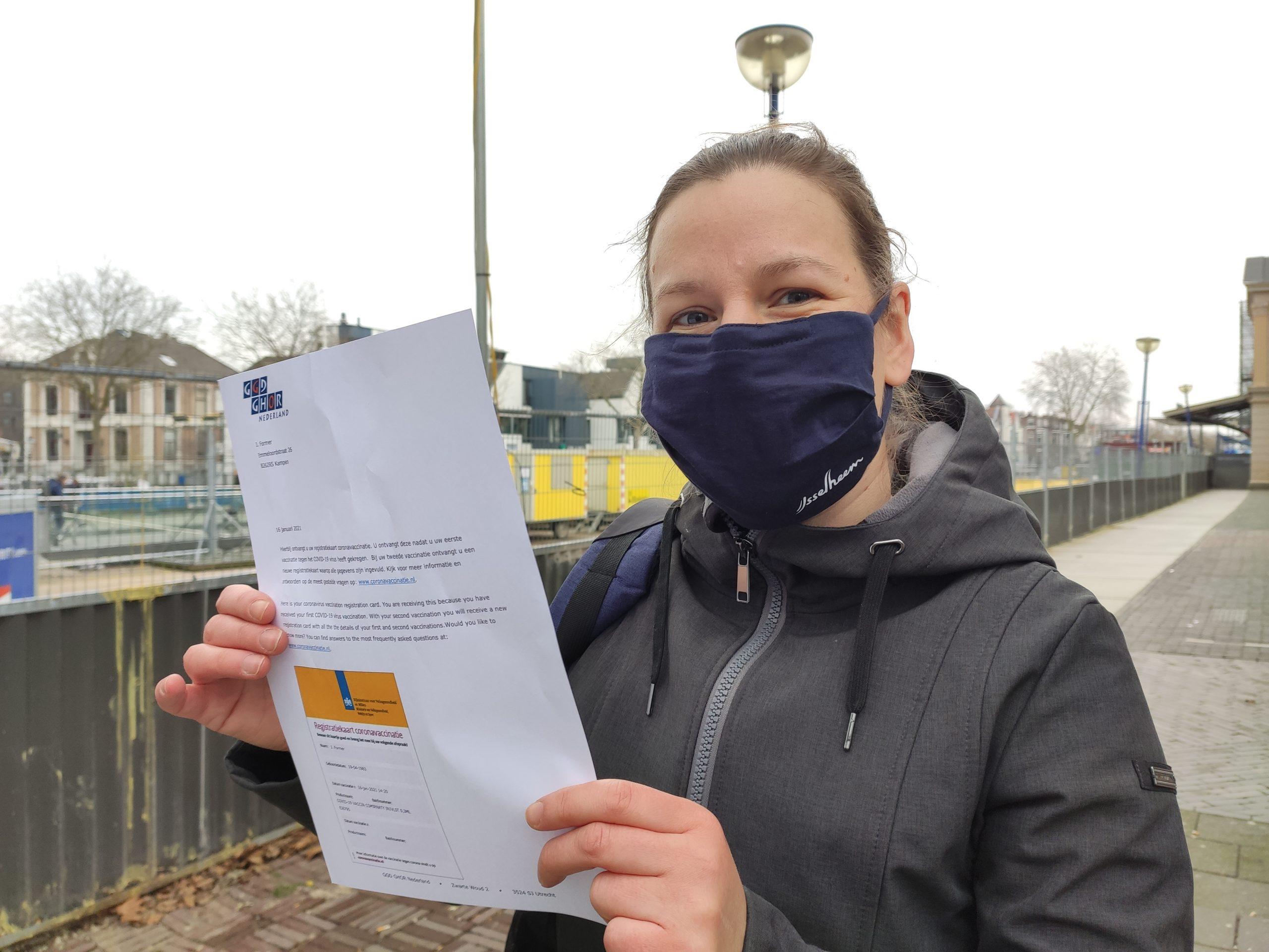 Eerste prik onder medewerkers van IJsselheem is voor Jolien