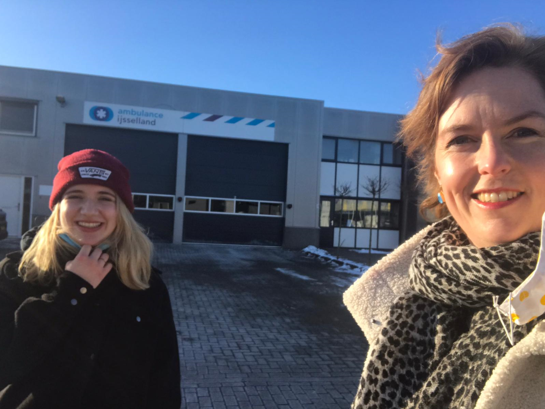 Hilde Palland (CDA) verrast ambulancepersoneel met ontbijt