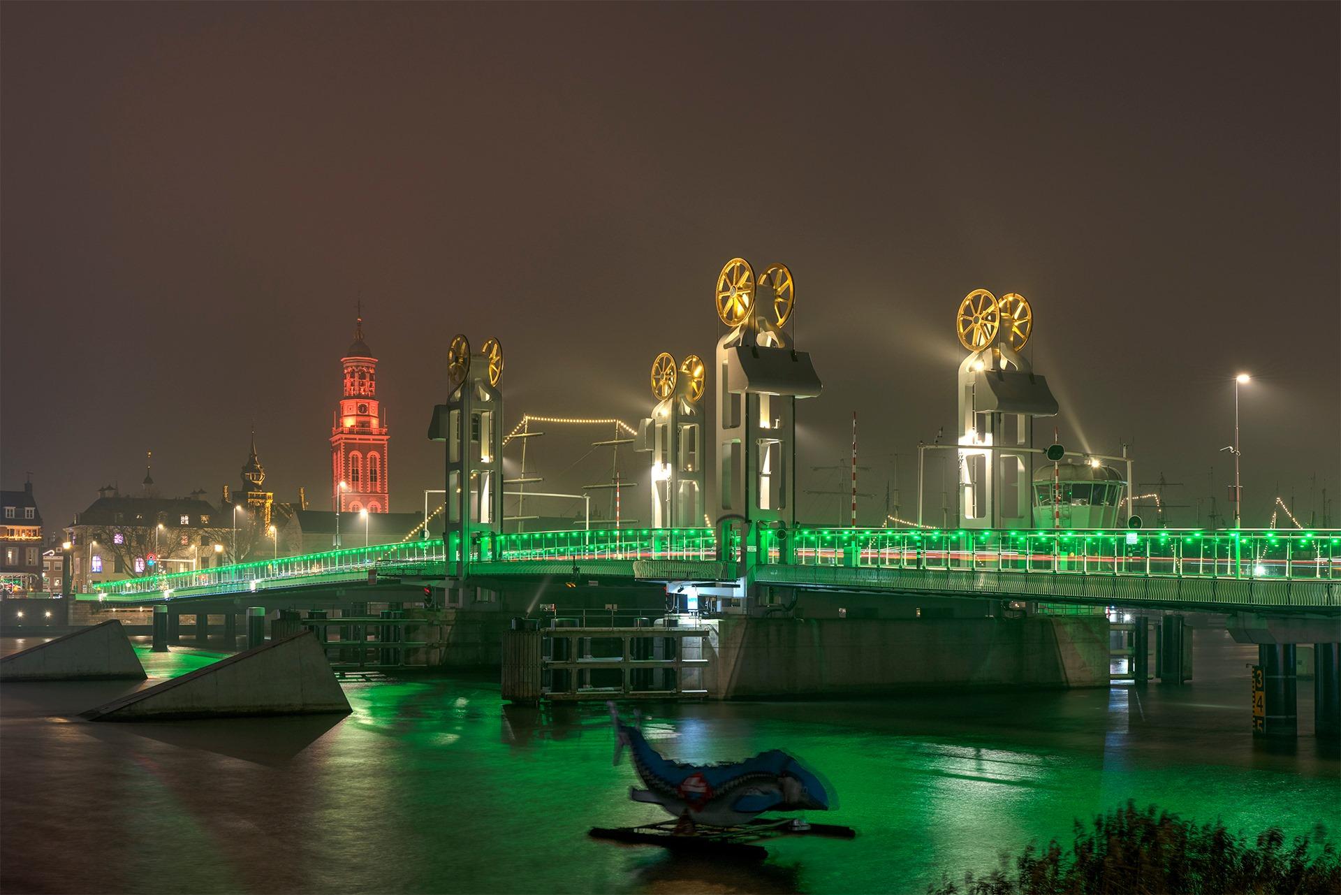 Stadsbrug kleurt groen tijdens Earth Hour op zaterdag 27 maart