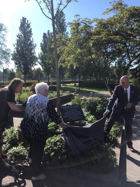 Gedenkplekken voor getroffenen door corona op de zes gemeentelijke begraafplaatsen in de gemeente Kampen
