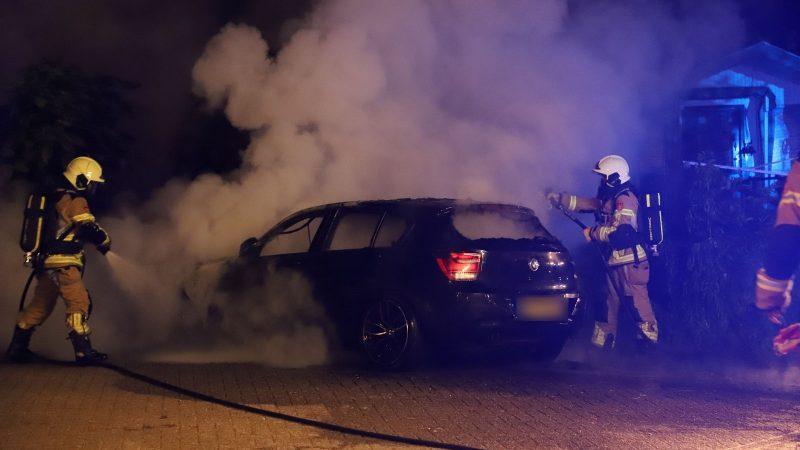 Huldiensten rukken uit voor autobrand aan Beltweg kampen.