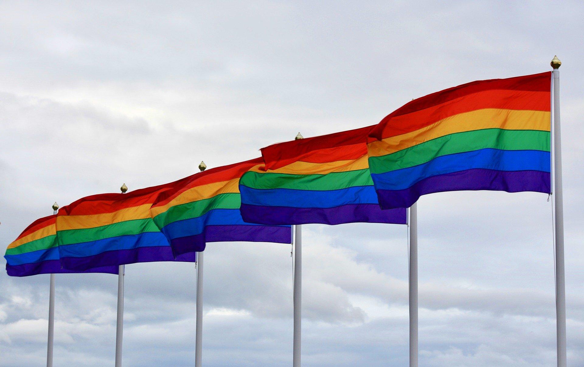 Gemeente Kampen hijst regenboogvlag tijdens Coming Out Day
